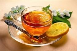 Горячий чай с лимоном и медом против боли в горле