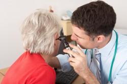 Обращение к врачу для извлечения инородного тела из уха