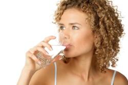 Обильное питье при лечении горла