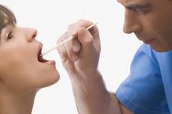 Визуальный осмотр горла