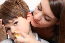Промывание носа солевым раствором для лечения воспаленных аденоидов у ребенка