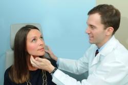 Осмотр врача при першении в горле